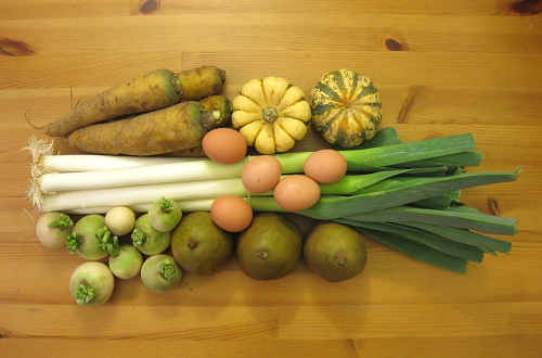 yellow carrots, patidou squash, eggs, leeks, pears, watermelon radishes